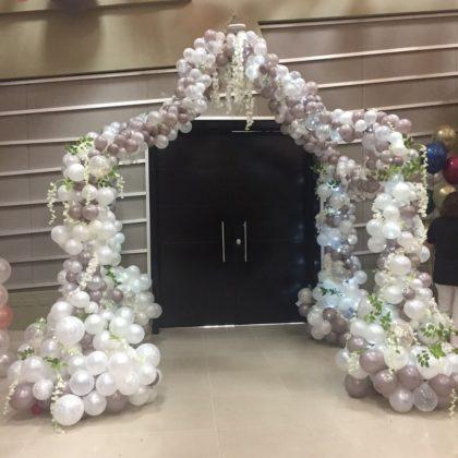 Каскадная арка из шаров на свадьбу