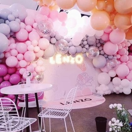 Воздушная локация стены из шариков на свадьбу