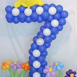 Цифра 7 на полянке с декором из шаров
