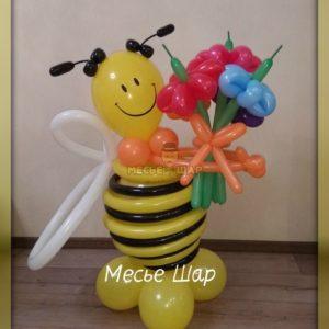 Пчелка с букетиком из шариков детям