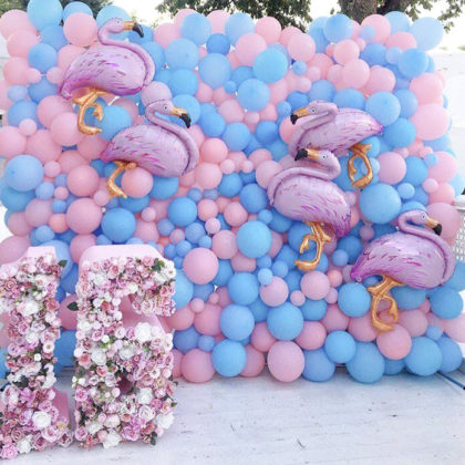 Стена из шаров с фламинго