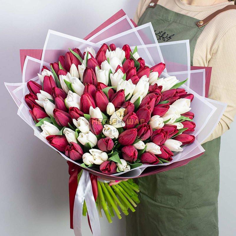 Букет из белых и красных тюльпанов