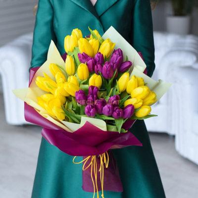 Букет желтых и фиолетовых тюльпанов