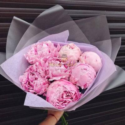 Букет 7 розовых пионов с оформлением