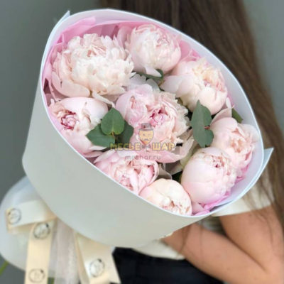 Букет 9 розовых пионов с зеленью
