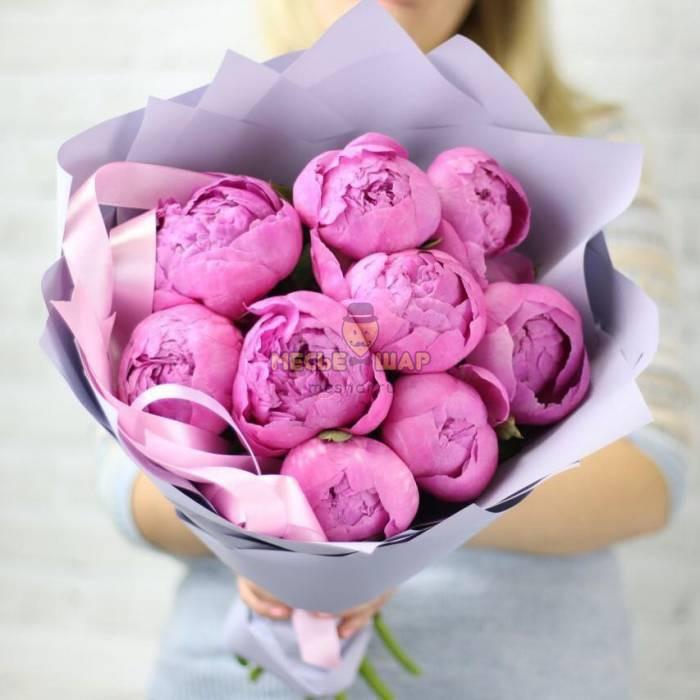 Букет 9 розовых пионов в крафте