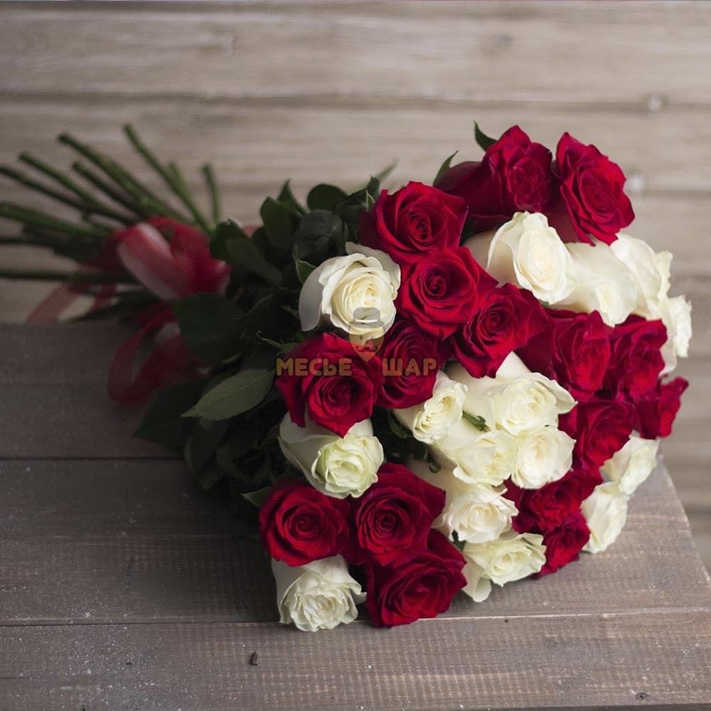 Букет белых и красных роз микс