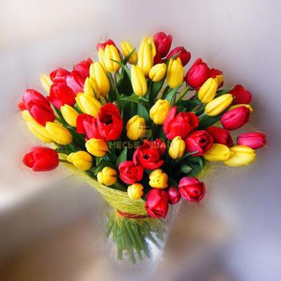 Букет красных и желтых тюльпанов