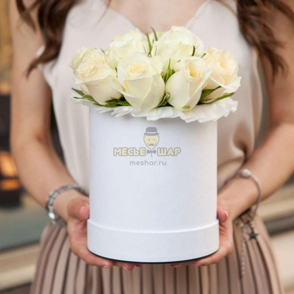 Коробка белых роз