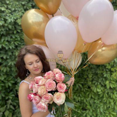 15 бело-розовых роз Эквадор + 20 шаров Золото-розовый